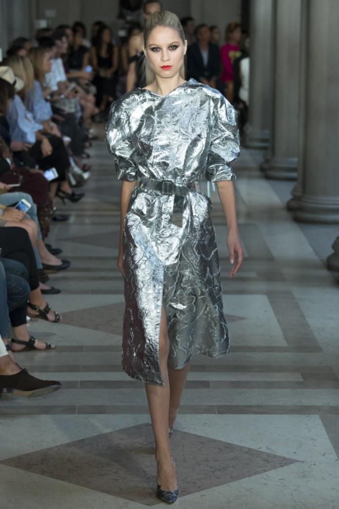 Платье космонавта. Серебристое модное короткое платье 2017 из коллекции Carolina Herrera