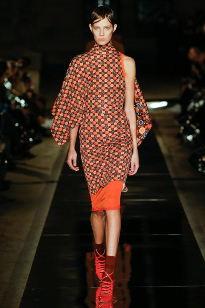 Интересная модель модного платья 2017 на одно плечо - фото новинки из коллекции Givenchy