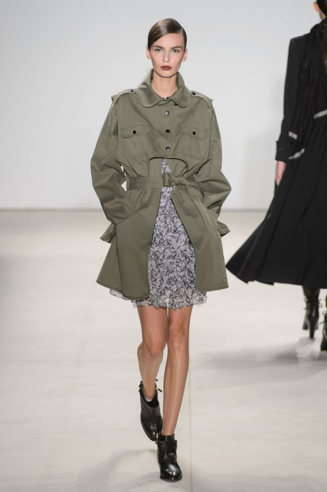 С чем модно носить пальто в стиле милитари - фото новинки сезона