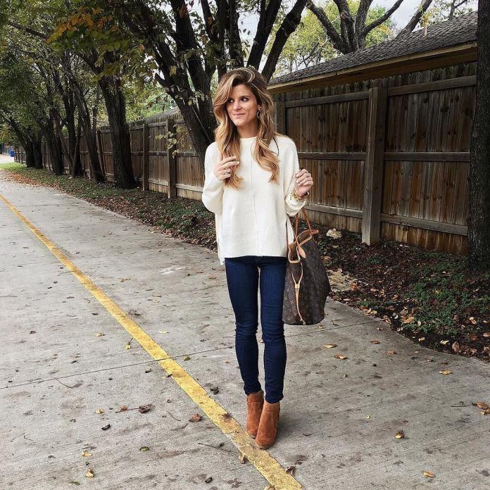 На фото: Casual стиль - белый свитер. узкие джинсы и ботильоны