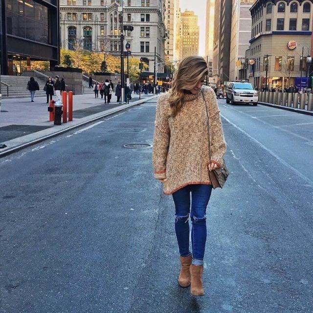 На фото: Casual стиль - бежевый свитероверсайз. узкие джинсы и ботильоны.