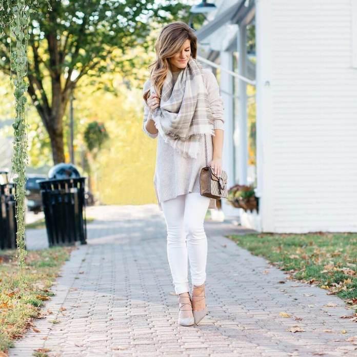 На фото: Casual стиль - светлая кофта, белые брюки, шарф и светлые босоножки.