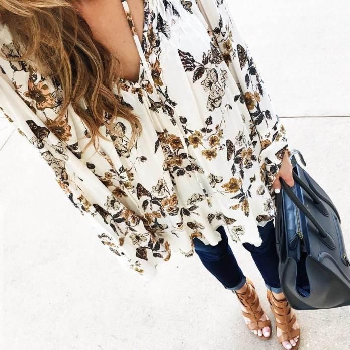 На фото: Casual стиль - блузка спринтом,черными джинсами и босоножками.