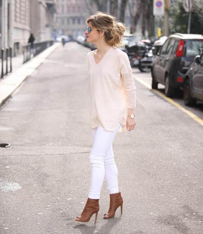 На фото: Casual стиль - светлая кофта с белыми джинсами и туфлями.
