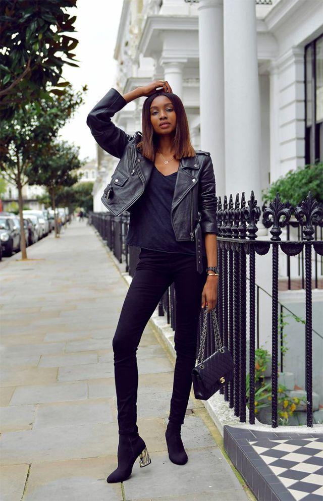 На фото: новый стильный образ -джинсовая куртка с черной кофтой и черными узкими джинсами.