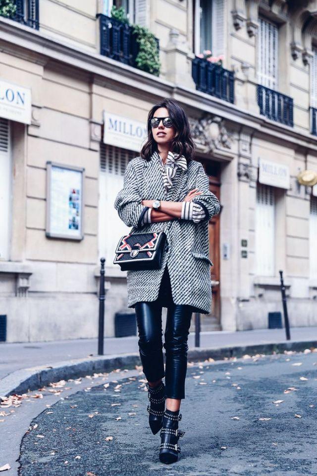 На фото: новый стильный образ - укороченное пальто оверсайз с узкими кожаными брюками и с ботильонами с застежками.