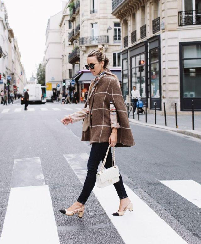 На фото: новый стильный образ - укороченное пальто без рукавов с черными узкими брюками.