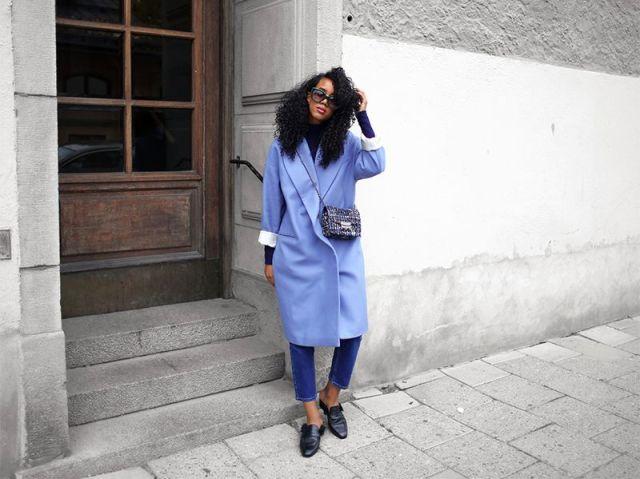На фото: новый стильный и теплый образ - голубое пальто с укороченными джмнсами.