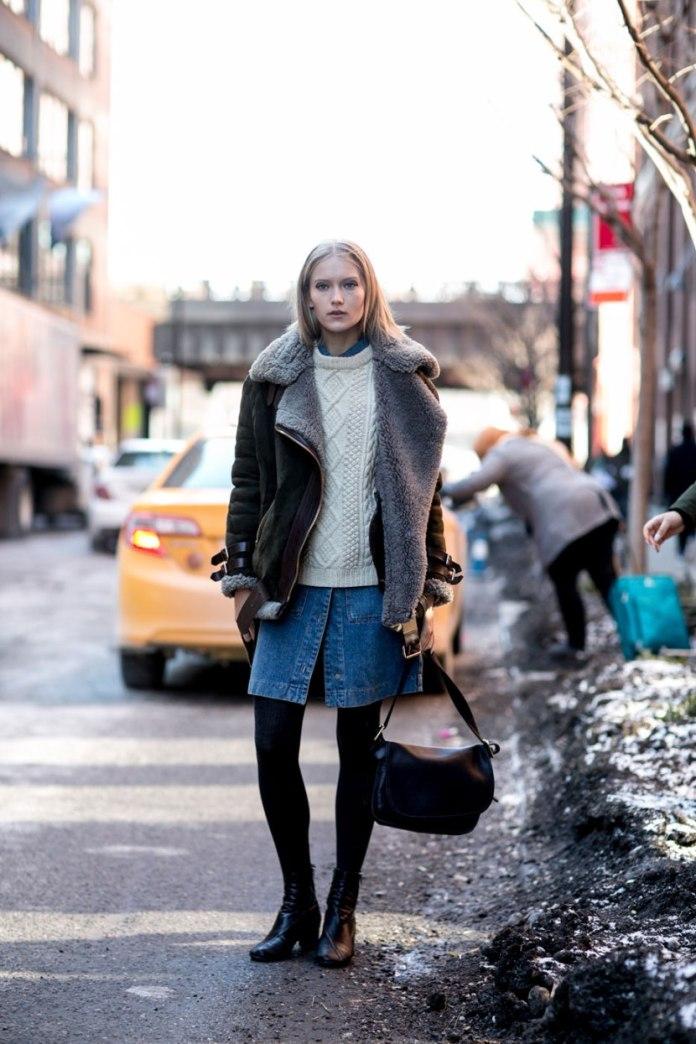 Модная куртка 2017 с джинсовой юбкой и свитером - фото новинки сезона