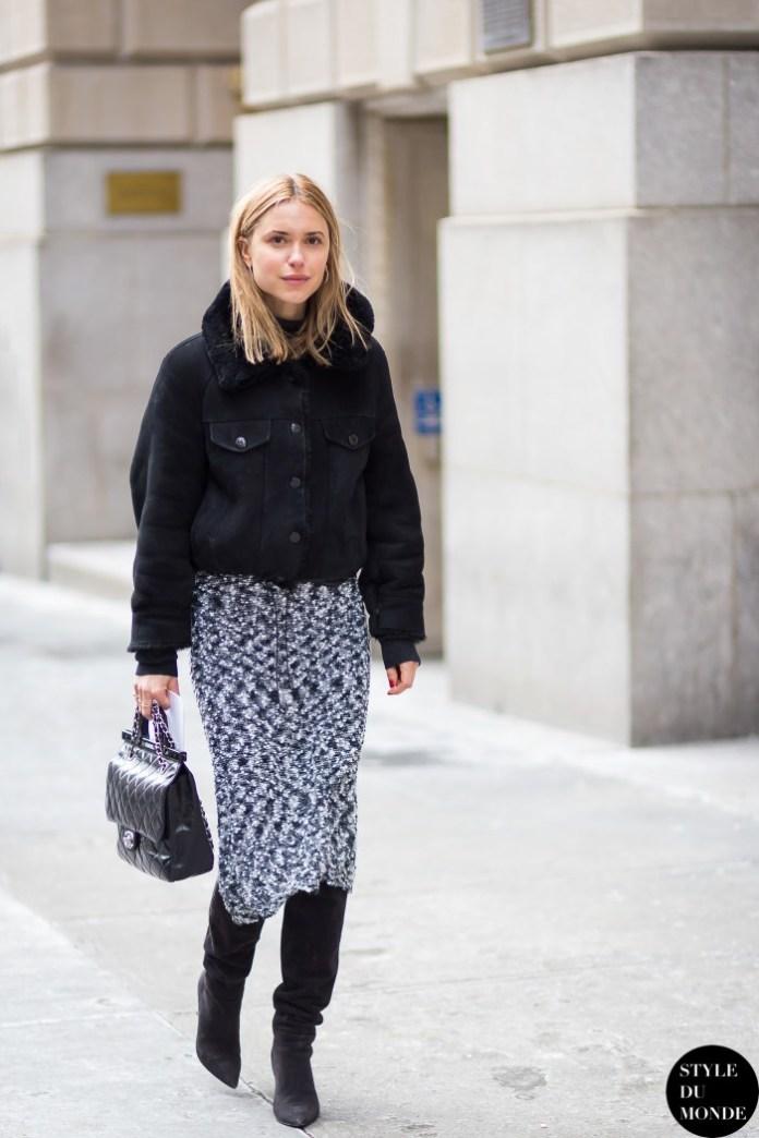 Фото, с чем модно носить модную укороченную куртку в 2017 году. С длинной юбкой