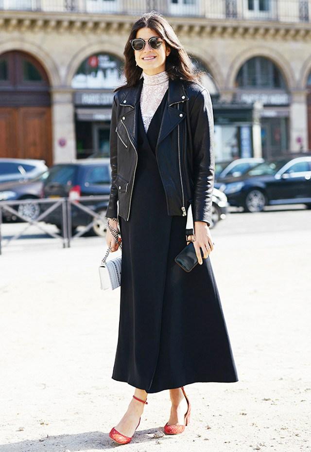 Модное черное длинное платье 2017 с кожаной курткой косухой и кружевной водолазкой