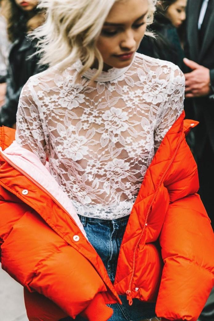 Фото, с чем носить модную яркую куртку в 2017 году