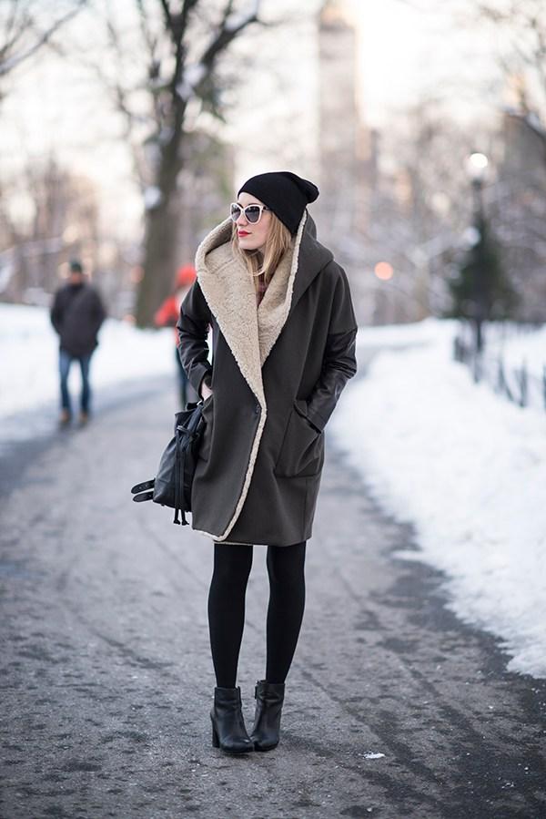 На фото: прямая модная дубленка 2017 – тренд сезона.