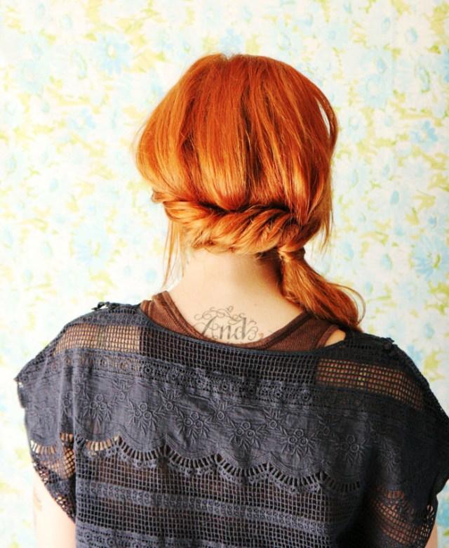 Новые прически на средние волосы с интересным хвостом на бок фото схема прически