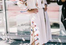 Тренды уличной моды 2017 - белое платье в старинном стиле с цветами