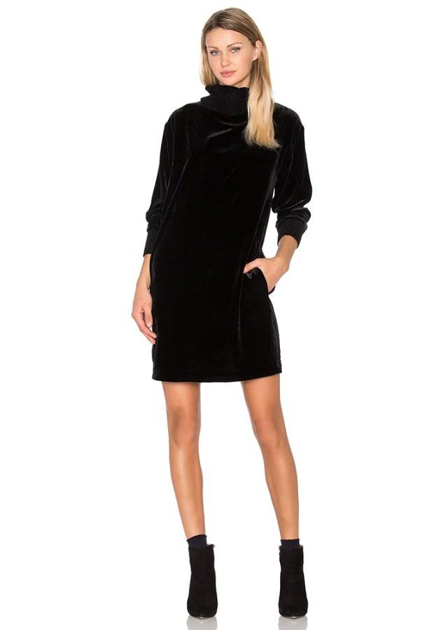 Черное короткое бархатное платье.
