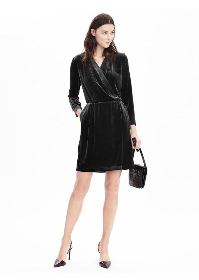 Черное бархатное платье с запахом.