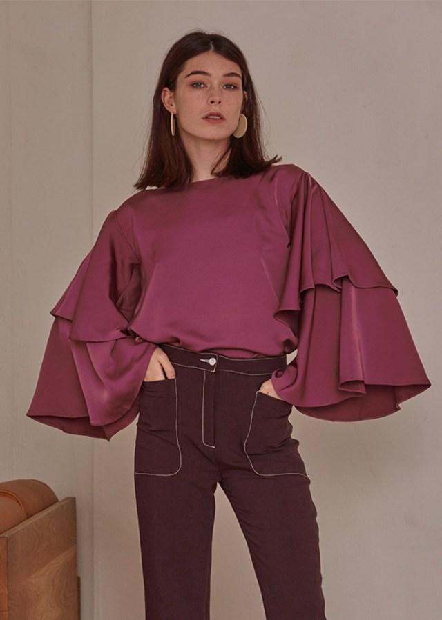 Блузка с расклешенными рукавами в виде колокола - фото модного образа