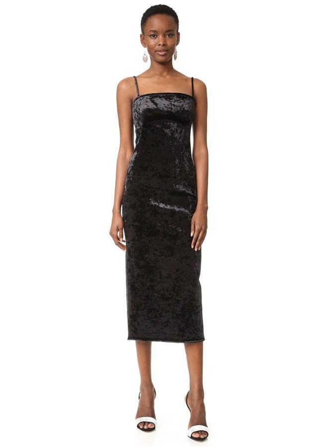 Обтягивающие платье из стрейч-велюра на понких бретельках.