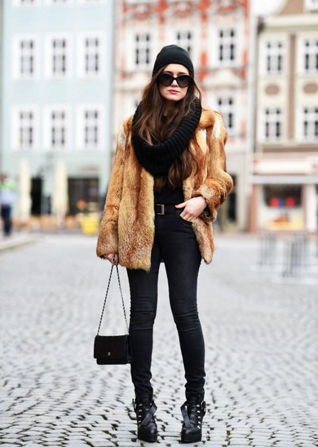 Меховое укороченное пальто в сочетании с черными джинсами.