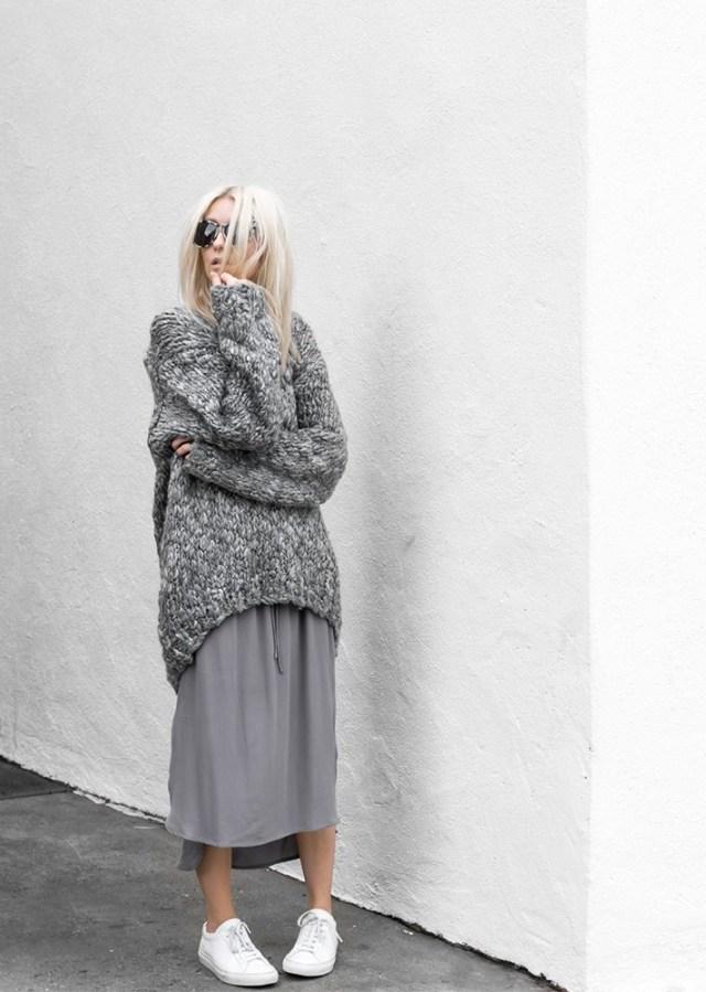 Объёмные, удлинённый свитер грубой вязки.с такого же цвета юбкой.