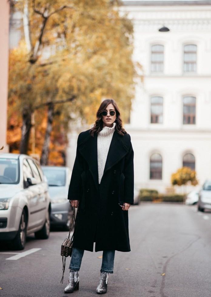 Модные вещи декабря - черное пальто в сочетании с джинсами.