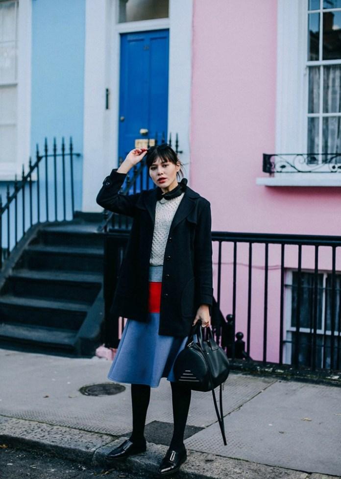 Черное укороченное пальто с джинсами - модные вещи декабря.