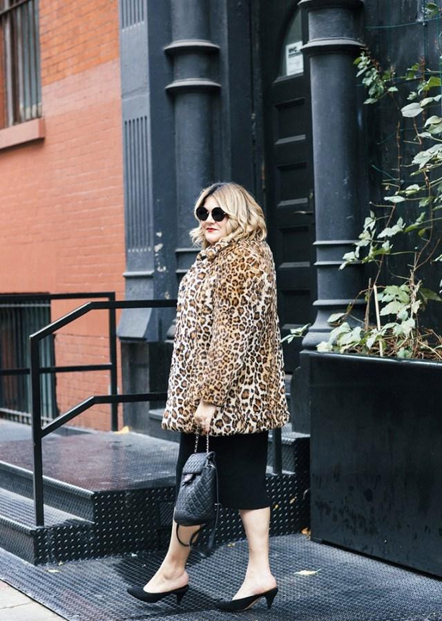 Меховое укороченное пальто с леопардовым принтом в сочетании черной юбкой.