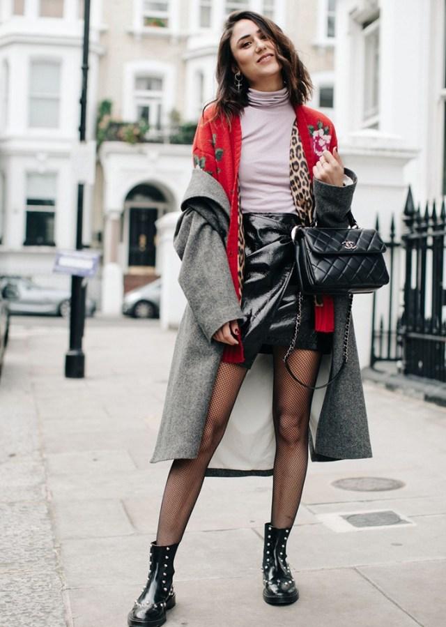 Серое пальто в сочетании с черными   ботильонами - модные вещи декабря.