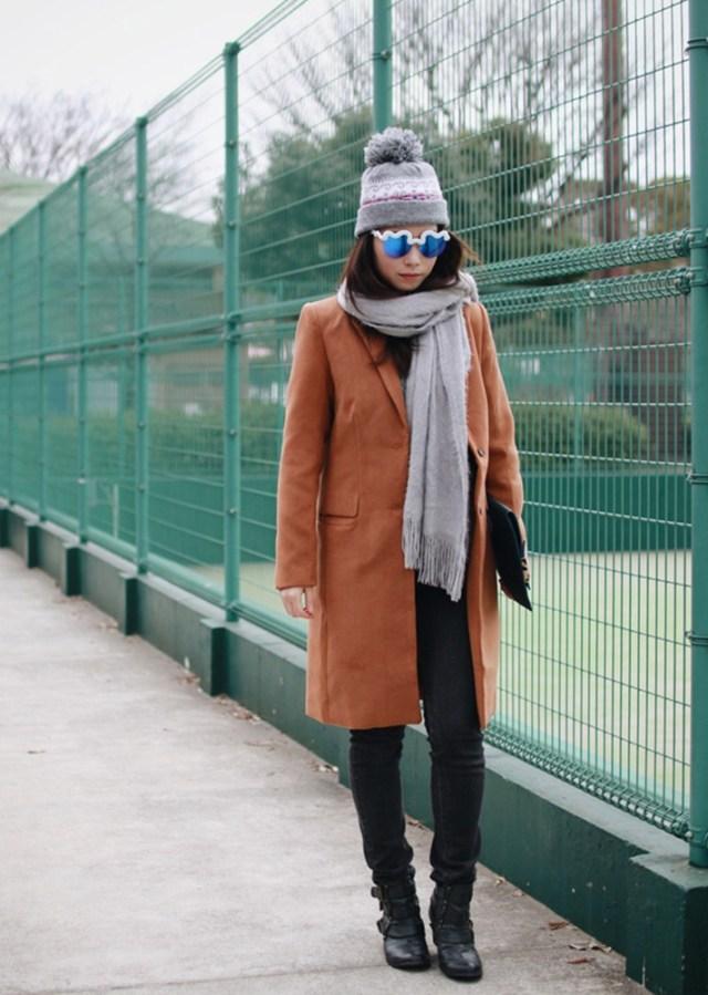 Светло коричневое   пальто с черными джинсами и ботильонами - модные вещи декабря.