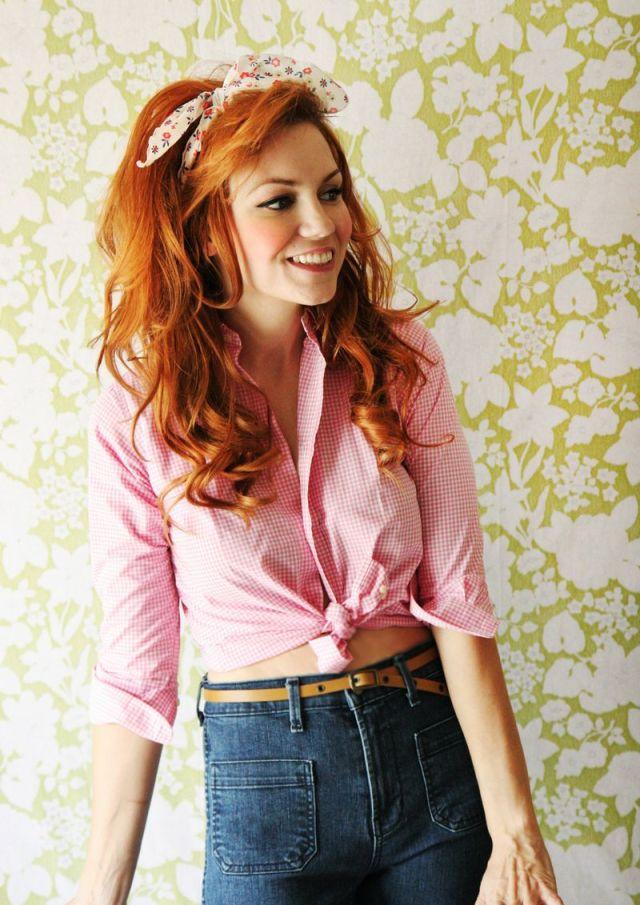 Романтичная причёска на средние волосы с повязкой и завитыми локонами фото схема прически