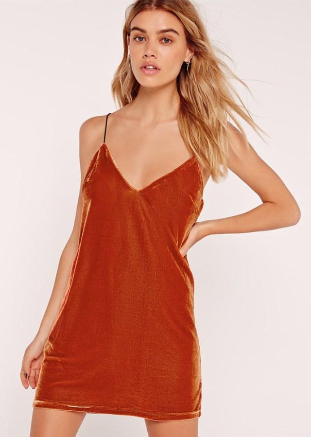 Бархатное платье яркого оранжевого цвета на понких бретельках.
