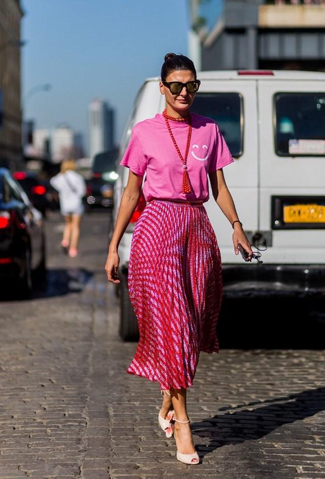 Красивая яркая розово-красная юбка с розовой футболкой - новые тренды моды 2017