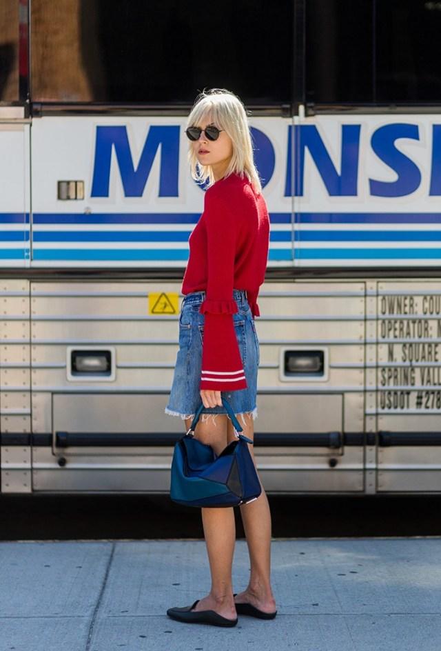 Новые фото трендов 2017 года: джинсовая юбка с красной кофтой. Обратите внимание на модные пышные рукава.