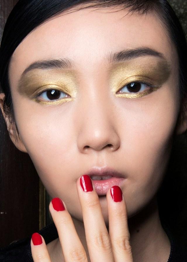 Желтые металлические тени для глаз в модном макияже 2017