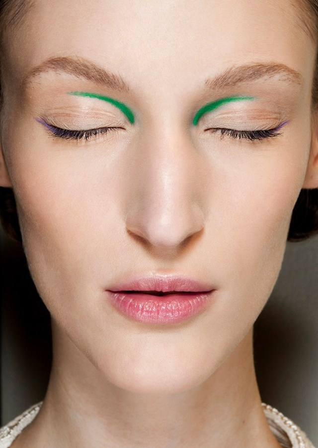 Макияж 2017 - оригинально накрашенные глаза зеленой подводкой