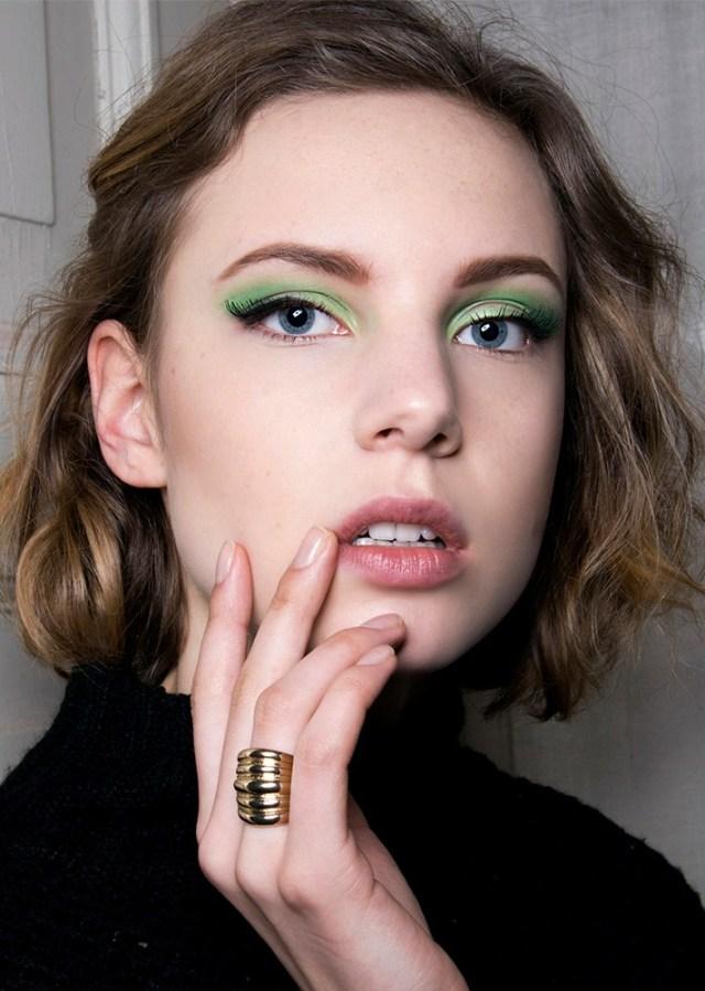 Фото модного макияжа 2017 с нежно-зелеными тенями для глаз