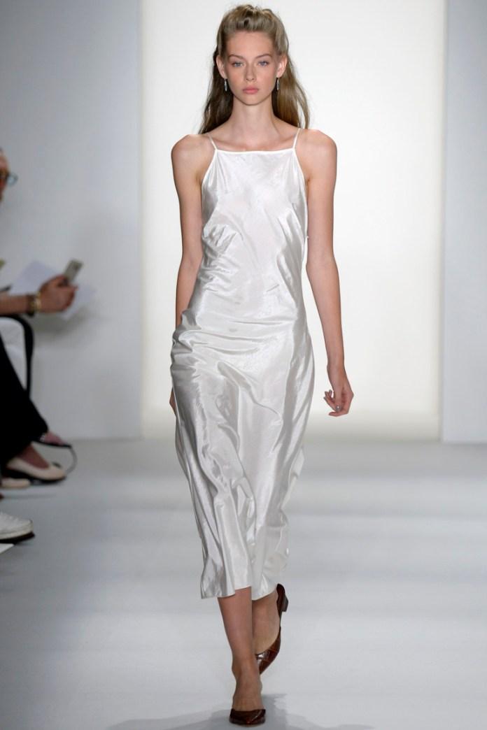 Белое платье 2017 из атласной ткани на тонких бретельках - фото обзор коллекции Brock Collection.