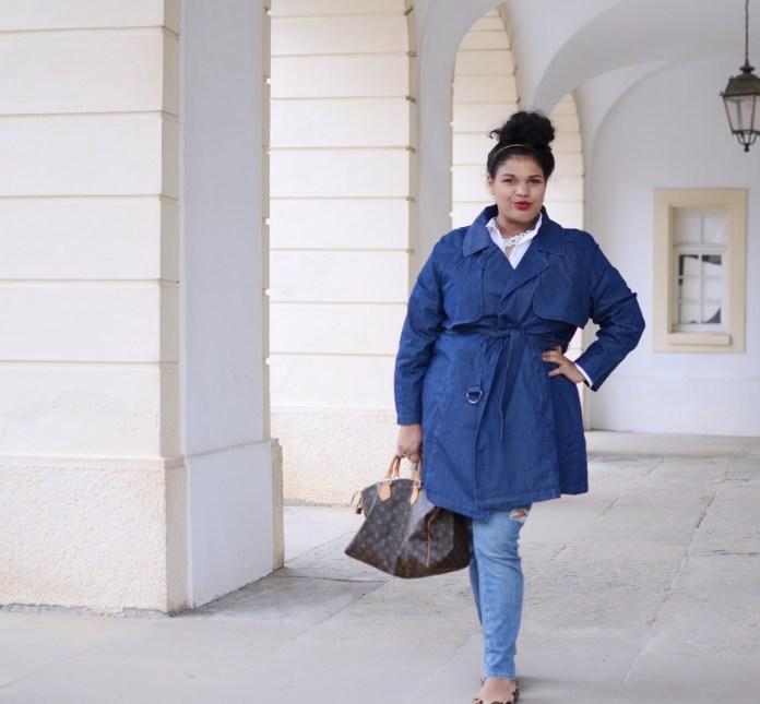 Яркие образы плюс сайз в моде 2017 для полных: обтягивающие джинсы с синим плащем.