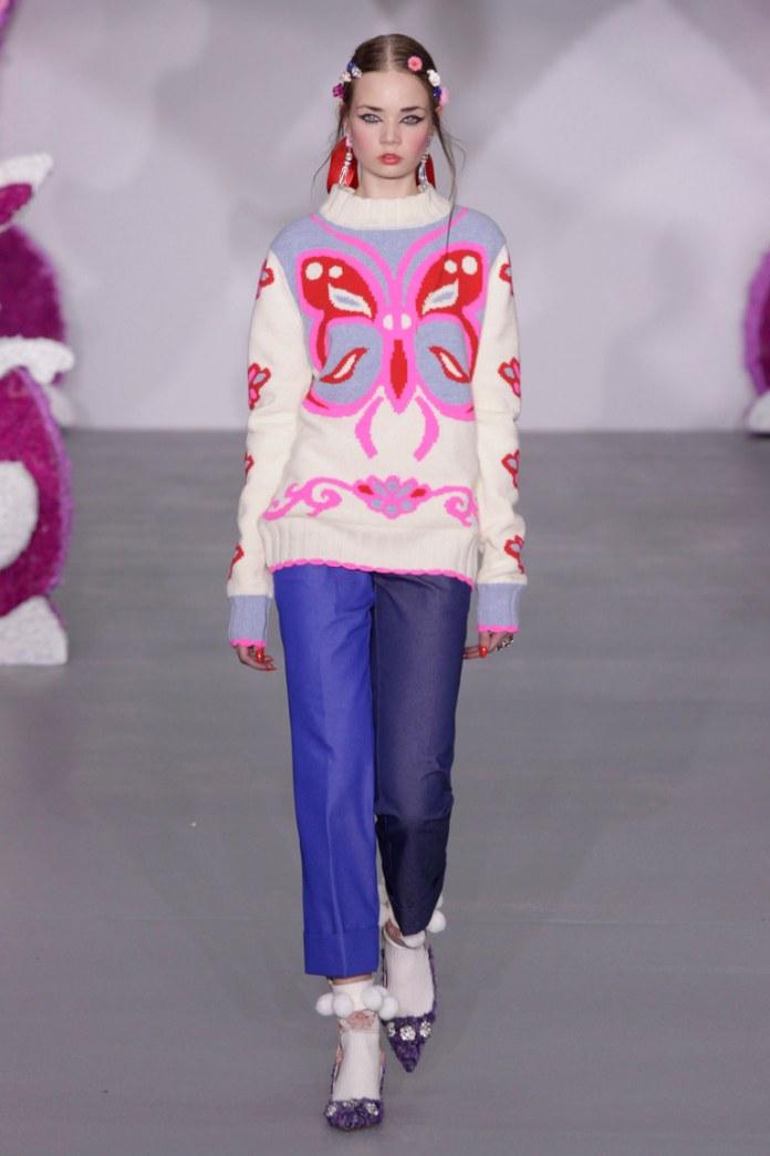 Модный белого цвета свитер 2017 с яркой аппликациями в виде бабоцки - фото обзор коллекции Ryan Lo.