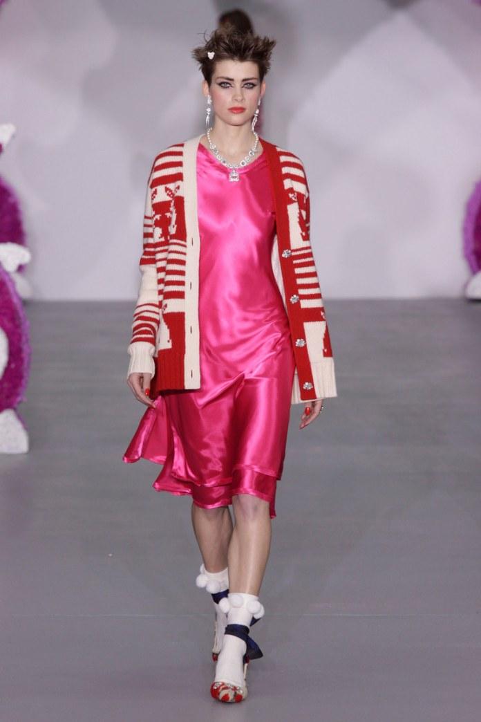 Модный красного цвета свитер 2017 с аппликациями - фото рбзор коллекции Ryan Lo.
