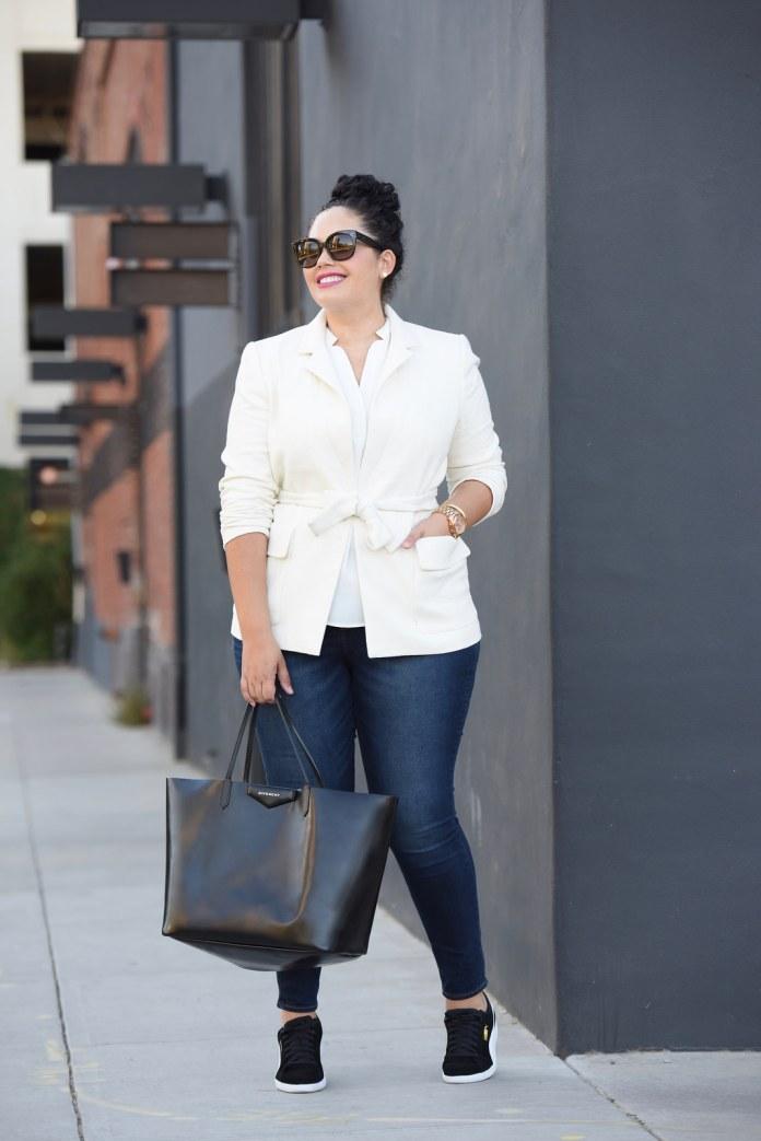 Яркие образы плюс сайз в моде 2017 для полных: обтягивающие джинсы сбелым кардиганом.