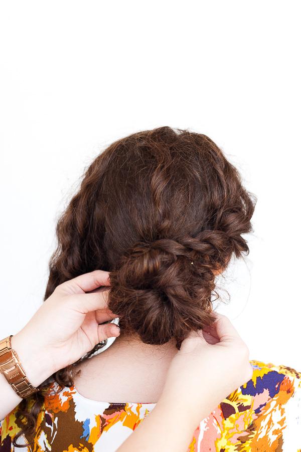 Простая прическа на средние волосы - пучок с косой