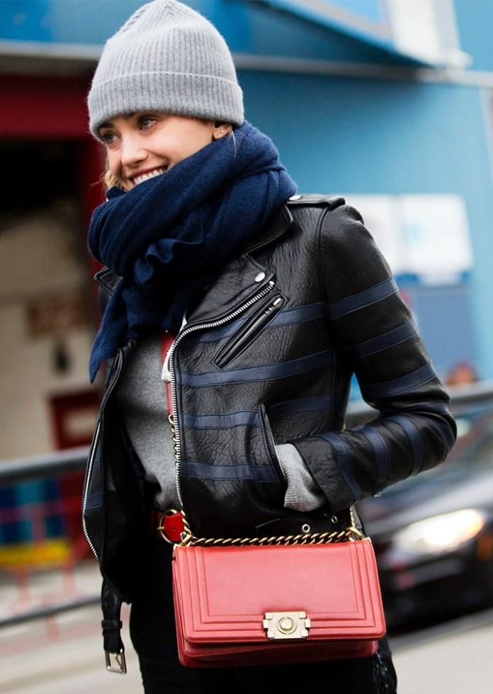 Модные шапки 2017: серая вязаная шапка «бини» в соответствии с большим синим шарфом и черной курткой.