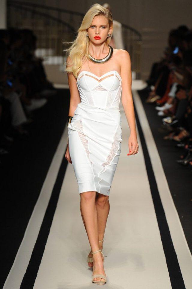 Модное коктельное обтягивающее платье белого цвета без бретелек с чашечками в районе груди - новая модель 2017 года из коллекции Elisabetta Franchi.