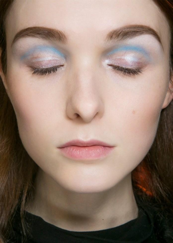 Интересный макияж с голубыми тенями