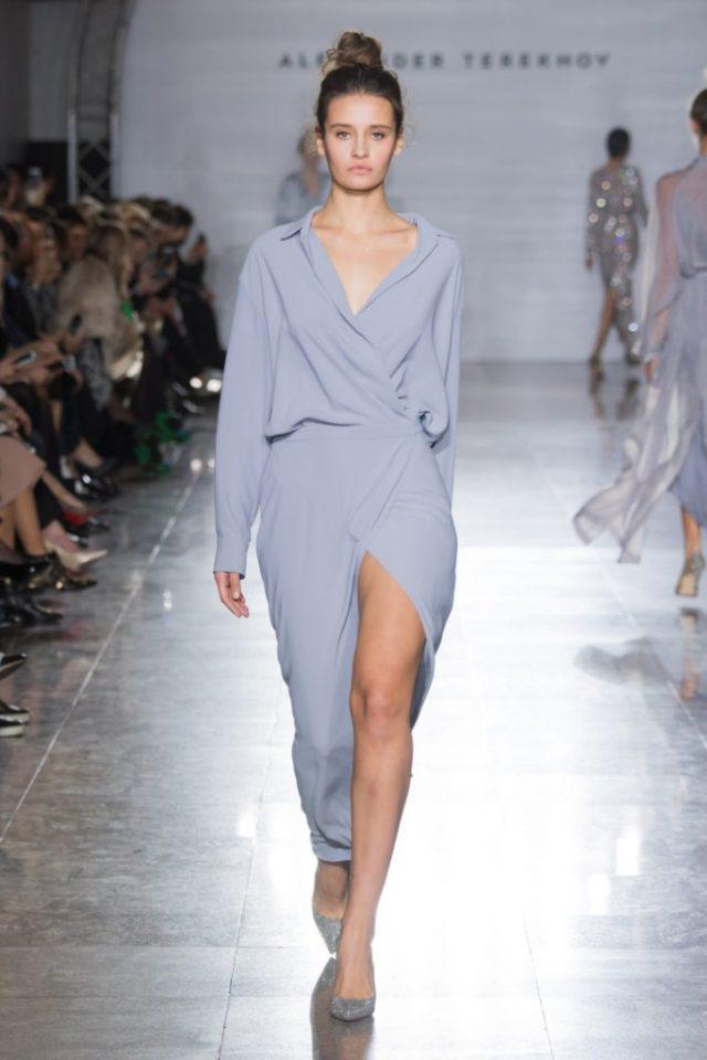 Элегантное серо-голубого цвета платье с глубоким разрезом из коллекции Александра Терехова весна-лето 2017.
