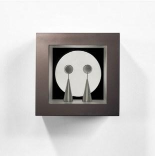Claudio Alvarez - Enigma, 2017 - Madeira, alumínio, espelho e luminária LED - 27 x 27 x 18 cm.