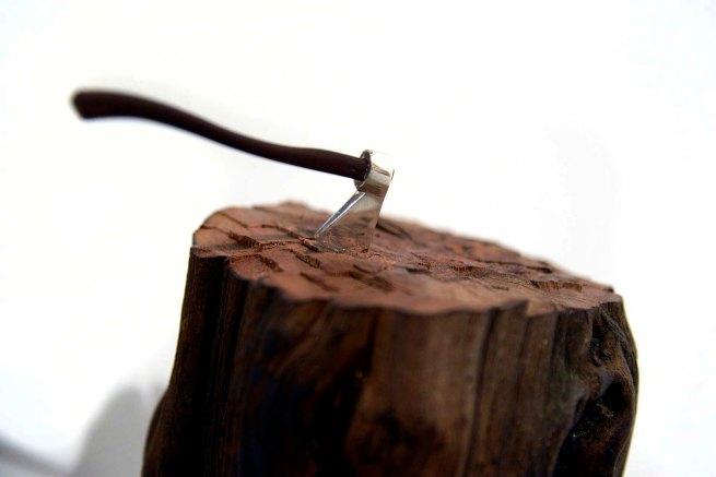 Isaque Pinheiro - Mão Livre, 2013 - Madeira de videira, madeira de pau-santo, e prata - 13 x 16 x 34 cm - Foto Gilson Camargo