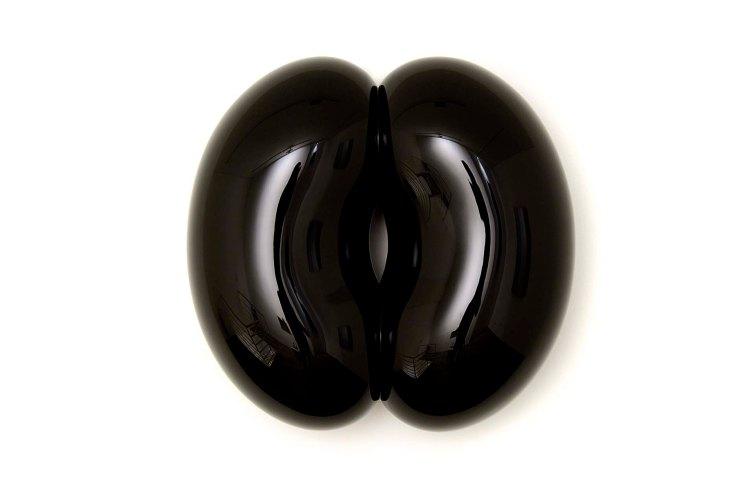 Hugo Mendes - Sumidouro, 2014 - Fibra de vidro, tinta laca nitrocelulose e verniz poliuretano - 48 x 50 x 20 cm.